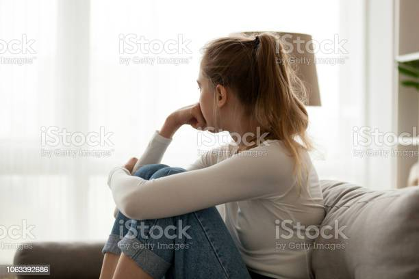 家で一人でソファに座って動揺の女性 - 1人のストックフォトや画像を多数ご用意