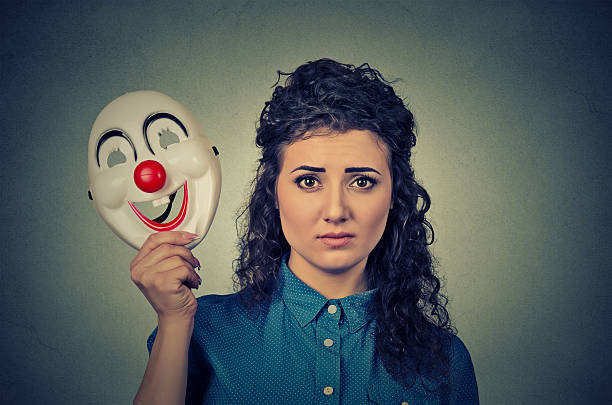 Verärgert Frau mit traurigen Ausdruck halten Leopard-Maske – Foto