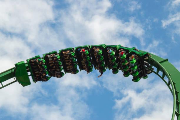 boca abajo en las nubes - montaña rusa - roller coaster fotografías e imágenes de stock