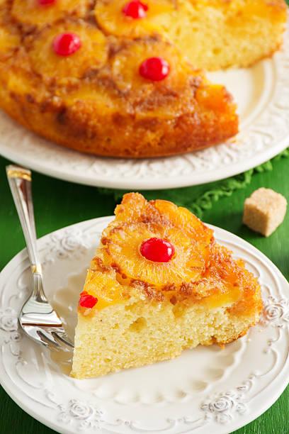 upside down-ananas-kuchen mit karamell. - ananaskuchen stock-fotos und bilder