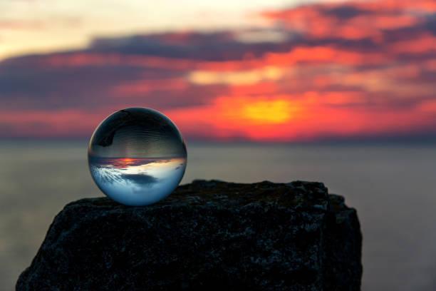Kopfüber Sonnenuntergang Landschaft am Kap Kaliakra, Bulgarien, Osteuropa - Reflexion in einem Lensball - Tiefenschärfe, Platz für text – Foto
