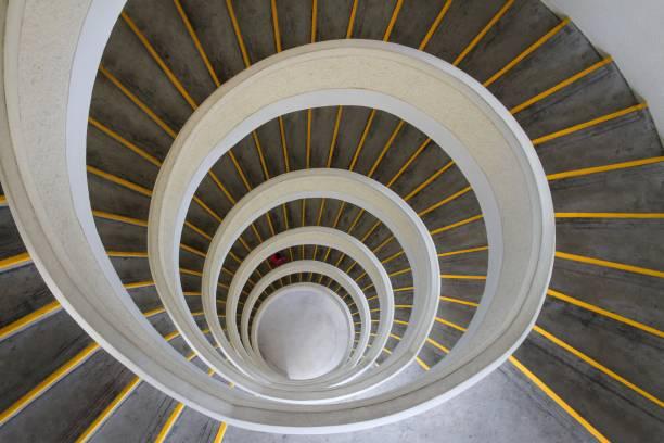 spirale ascendante - cercle concentrique photos et images de collection