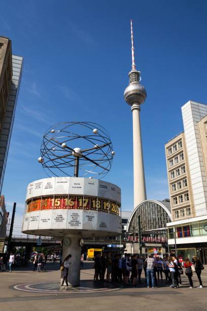 Urania-Weltzeituhr von 1969 auf dem öffentlichen Platz der Alexanderplatz mit Fernsehturm Television Tower in Berlin, Deutschland – Foto