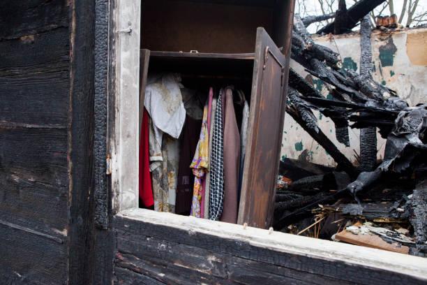 räddade garderob med kläder i gamla brända hus - brand sotiga fönster bildbanksfoton och bilder