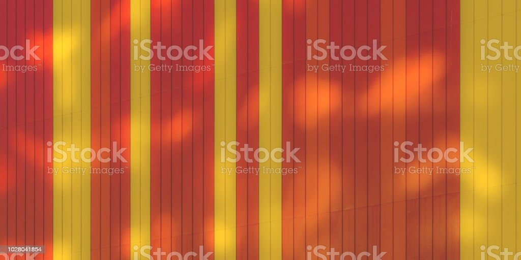 Conceito de arquitetura urbana: Sol luz Spots na parede colorida de vermelho e amarela vívida - foto de acervo