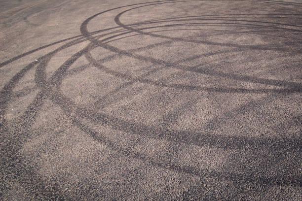Städtischen Hintergrund mit Reifen Spuren auf dem Asphalt. – Foto