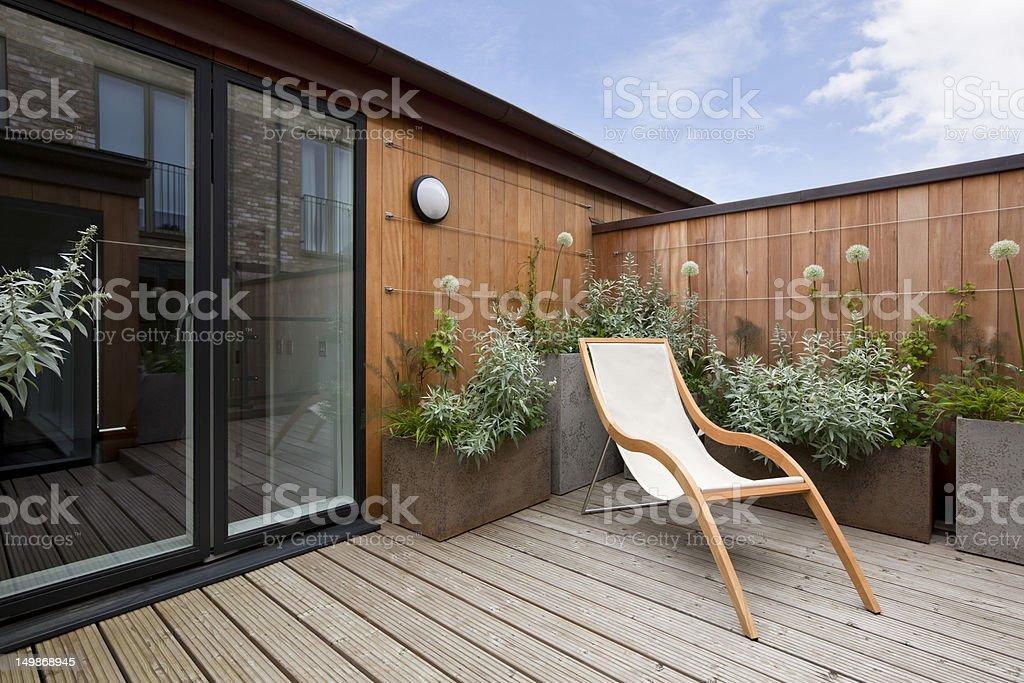 Urban balcón, vista al jardín - foto de stock