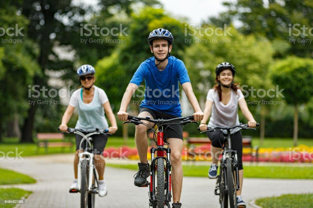 Urban Bike-drei Personen Reiten Fahrräder in der Stadt – Foto