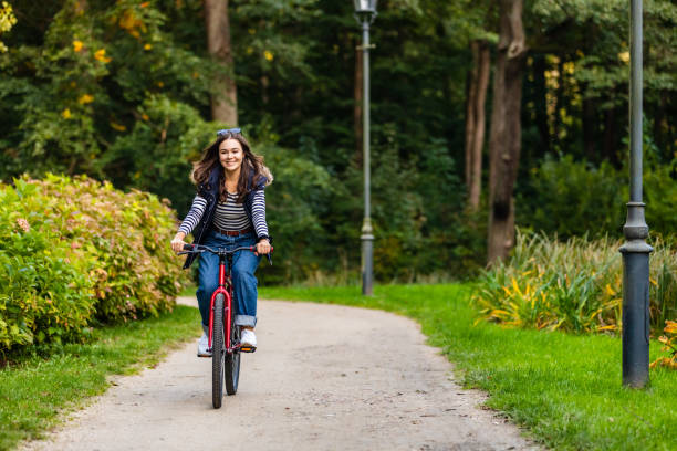 Stadtradeln - Frau mit dem Fahrrad im Stadtpark – Foto