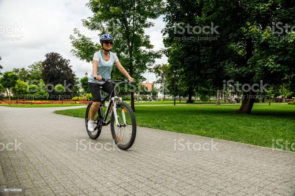 Caballo mujer bicicleta urbana bici en la ciudad de foto de stock libre de derechos