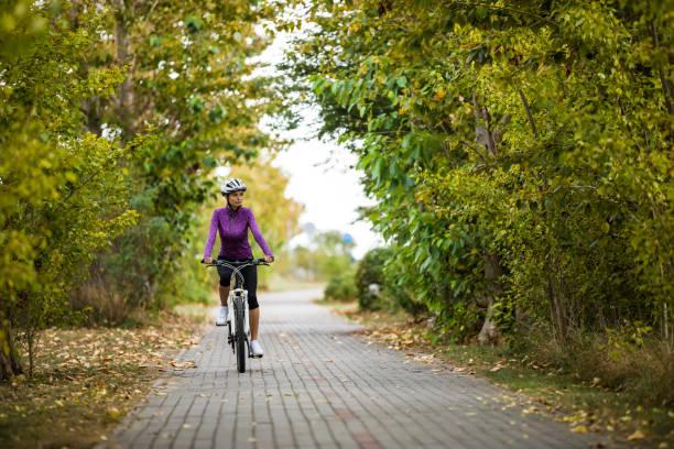 Städtisches Radfahren-Frau fährt Fahrrad auf Radweg – Foto