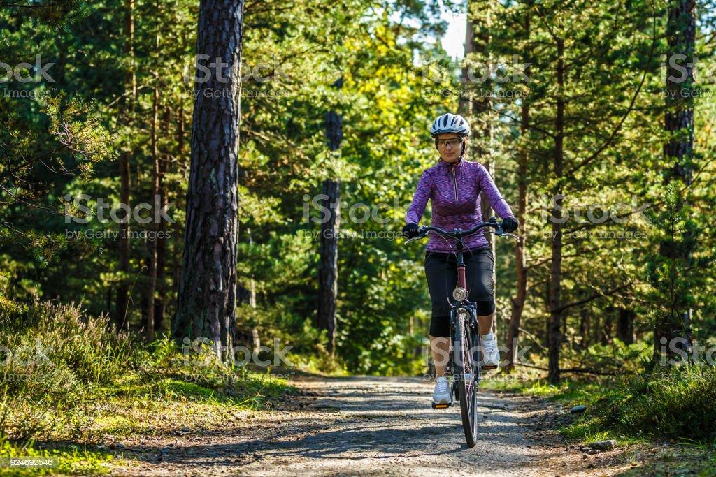 Urban Bike-Frau Reiten Fahrräder im Wald – Foto