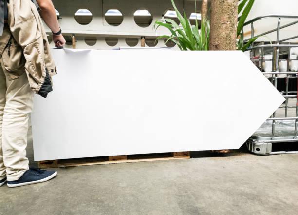 Señal de dirección vacía en blanco urbano - foto de stock
