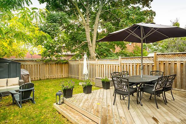 urban bungalow back yard - sonnenschirm terrasse stock-fotos und bilder
