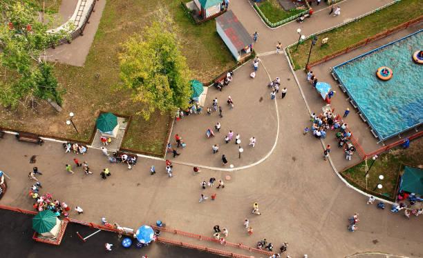 städtische szene von oben - pool schritte stock-fotos und bilder