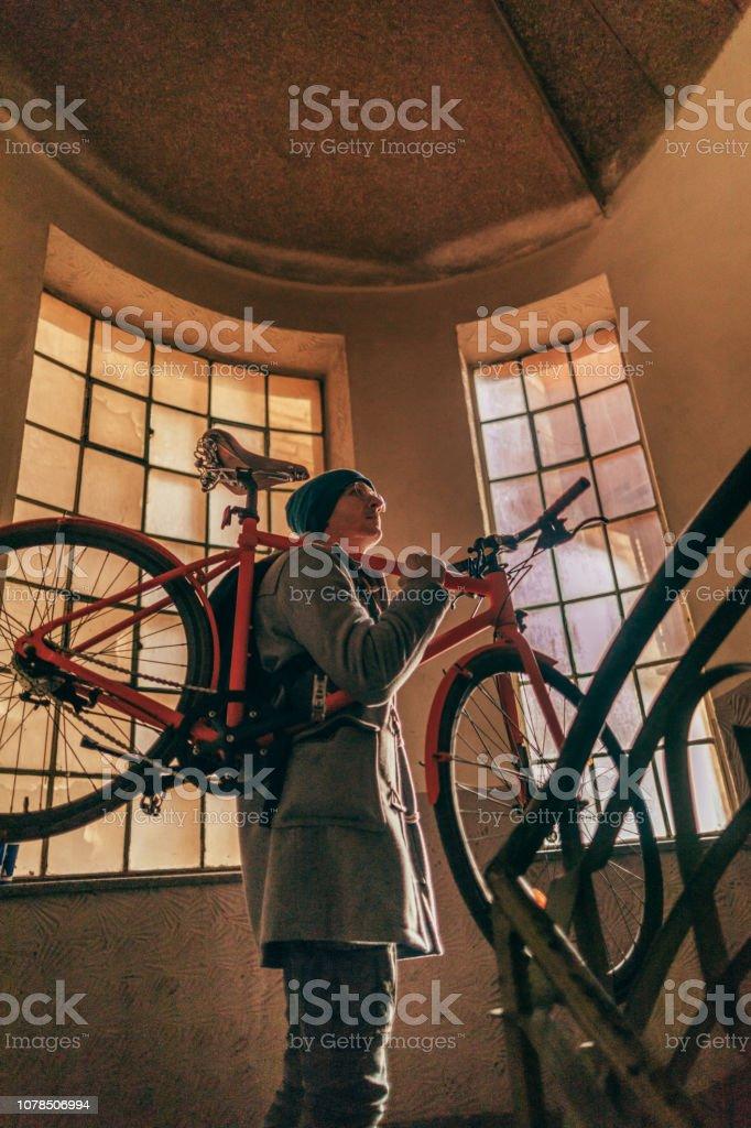 Urbane Radfahrer kommen zurück von der Arbeit – Foto