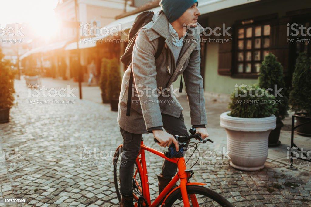 Urbane Radfahrer zur Arbeit zu gehen – Foto