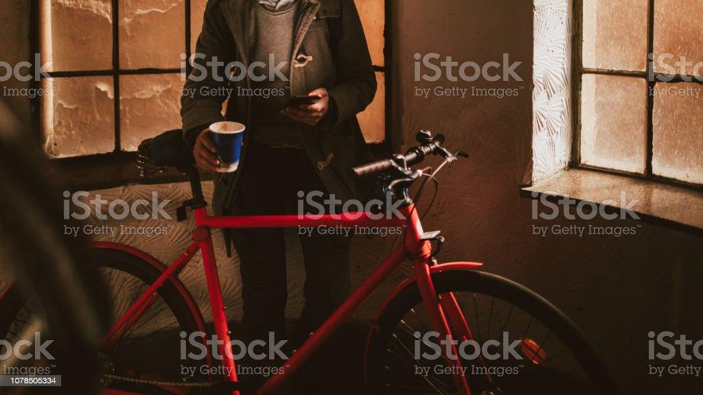Urbane Radfahrer Kaffeetrinken zu gehen – Foto