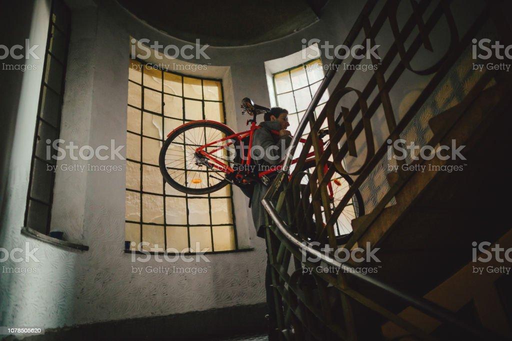 Urbane Radfahrer auf dem Flur des Gebäudes – Foto