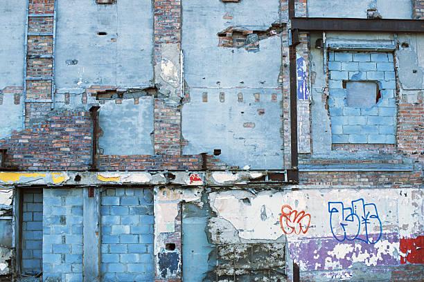 urban verfall in england, mit graffiti - sprüche englisch stock-fotos und bilder