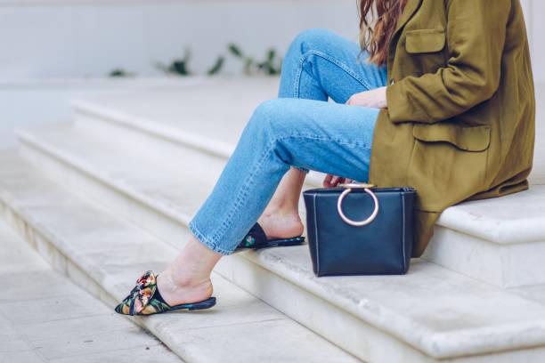 urban fashion-bloggerin posiert im freien, street-style. - modedetails stock-fotos und bilder