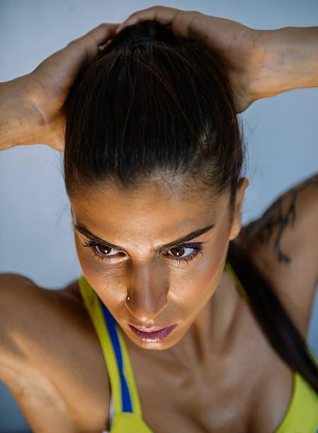 urban fitness-routine - brustpiercing stock-fotos und bilder