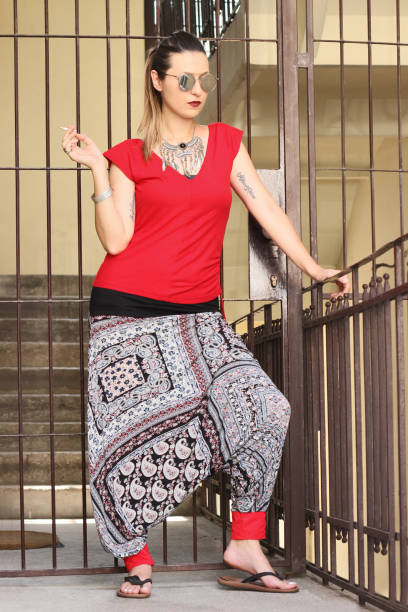 städtische girl in haremshose an einem sommertag tag - pumphose stock-fotos und bilder