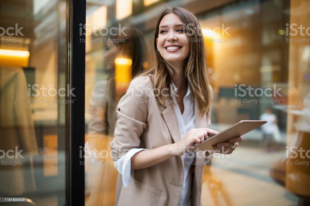 Stedelijke gelukkig zakenvrouw met behulp van Tablet PC en werken - Royalty-free Aanraken Stockfoto