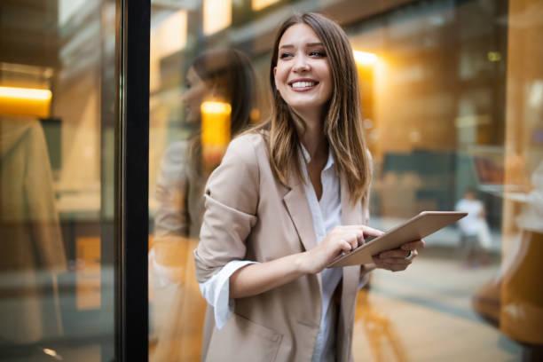 城市快樂商務女性使用平板電腦和工作 - 年輕成年人 個照片及圖片檔