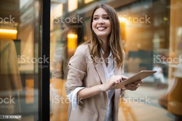 Stedelijke Gelukkig Zakenvrouw Met Behulp Van Tablet Pc En Werken Stockfoto en meer beelden van Aanraken