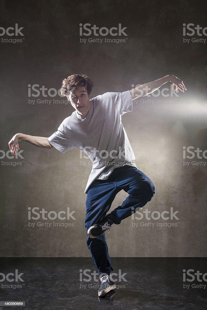 Bailarina de hip hop urbano de grunge de pared de cemento foto de stock libre de derechos