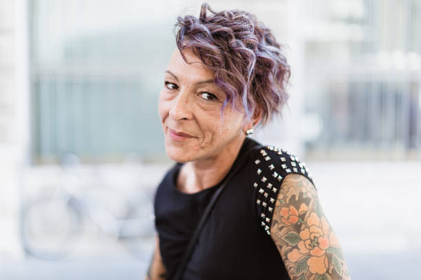 Urban italienisch tätowierte Frau im Café – Foto