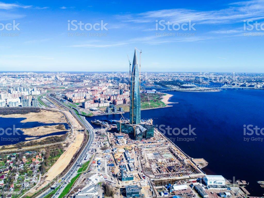 kentsel peyzaj yüksek katlı bina Bay ve mavi gökyüzü - Royalty-free Avrupa Stok görsel