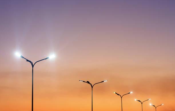 paysage urbain avec les lumières minimales modernes et le ciel vibrant - éclairage public photos et images de collection