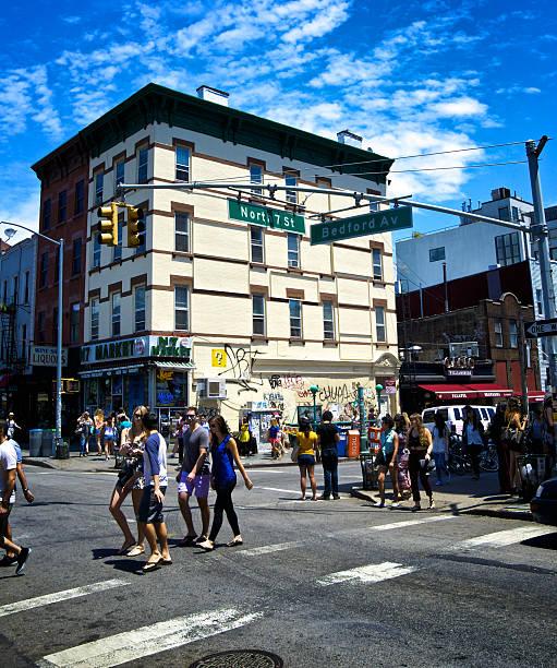 urbanes leben, williamsburg, brooklyn, new york city, wochenende menschenmengen - straßenschild stock-fotos und bilder