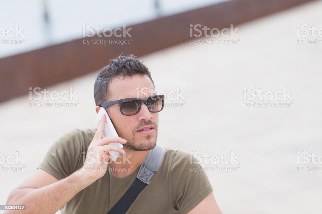 Téléphone Photo Dun À De Libre Lunettes Homme Urbain Laide Droit hCQxrBtsd