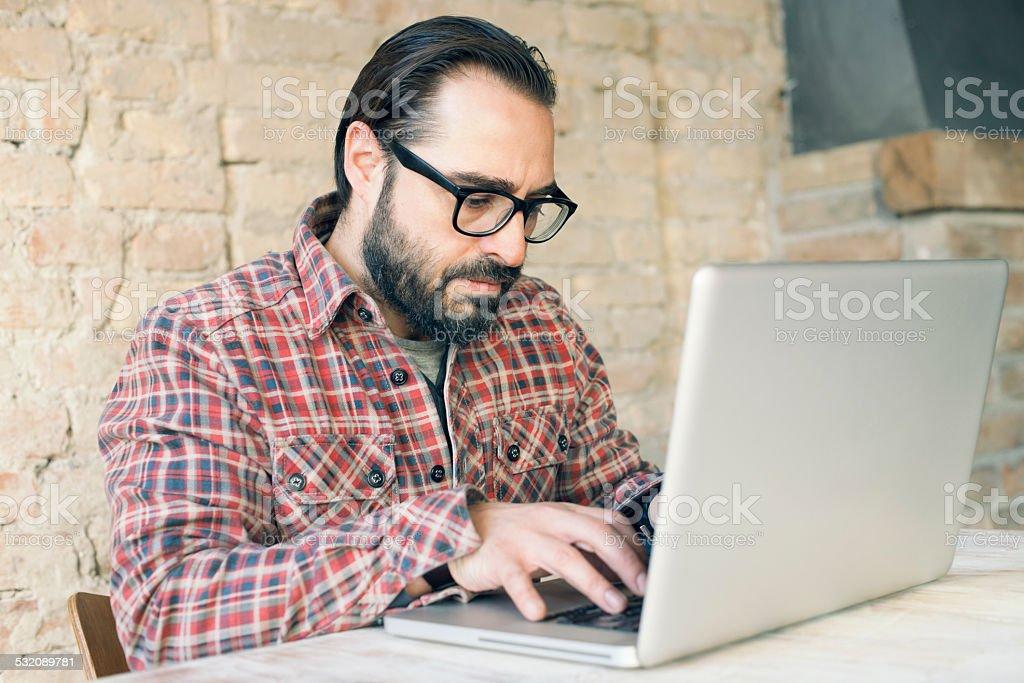 Urban Mann arbeitet auf einem Laptop – Foto
