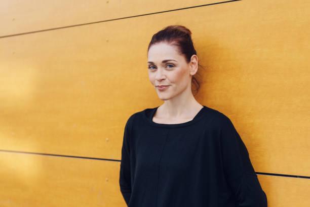 retrato urbano de mulher bonita sorrindo para a câmera - 35 39 anos - fotografias e filmes do acervo
