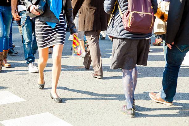 städtisches motiv personen - bein tag routine stock-fotos und bilder