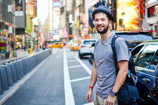 städtischen tourist am times square new york, usa - sightseeing in new york stock-fotos und bilder