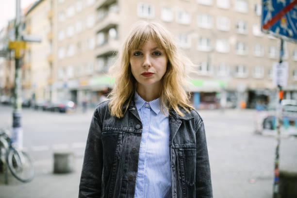 Urbane Frau, die im freien in der Stadt – Foto