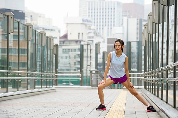 urban training - schlanke waden stock-fotos und bilder