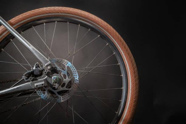 belevat cyklar bakhjul på svart bakgrund. studio skott. - wheel black background bildbanksfoton och bilder