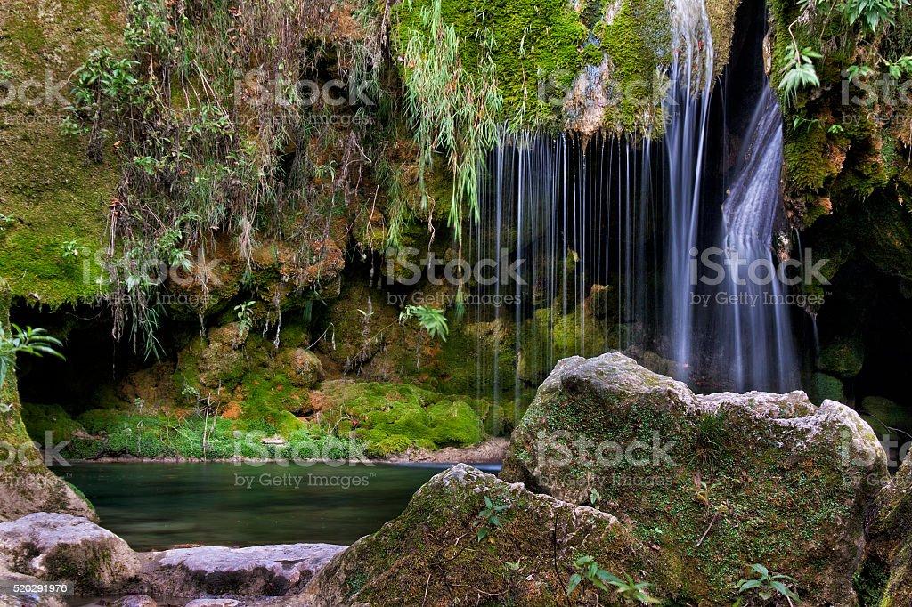 Río Urederra España en la comunidad foral de Navarra - foto de stock