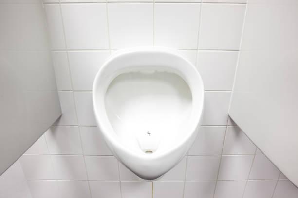 Urinal an der Wand – Foto