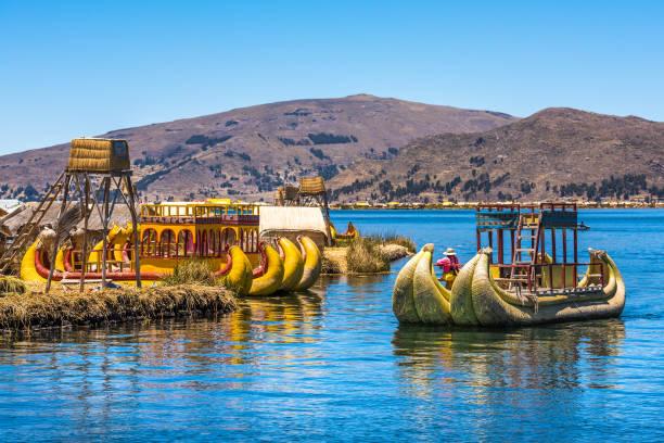 チチカカ湖、ペルー、南アメリカの浮島ウロス - チチカカ湖 ストックフォトと画像