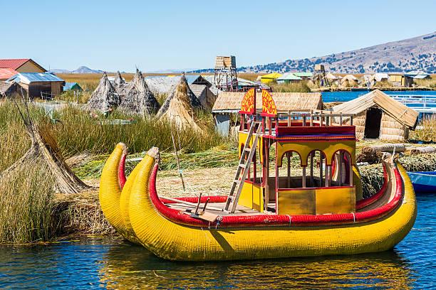 ウロス島ペルーのアンデス山脈プーノペルー - チチカカ湖 ストックフォトと画像
