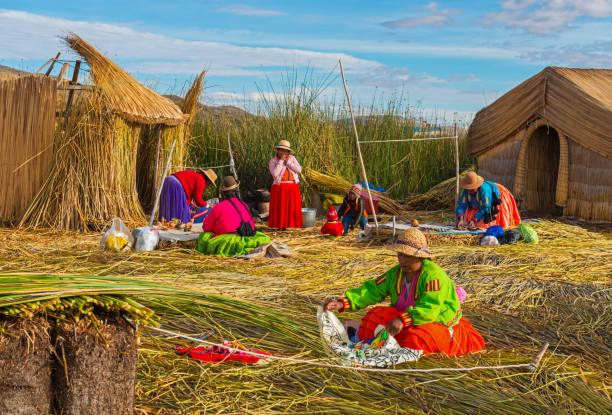 ウロス浮島に先住民族 - チチカカ湖 ストックフォトと画像