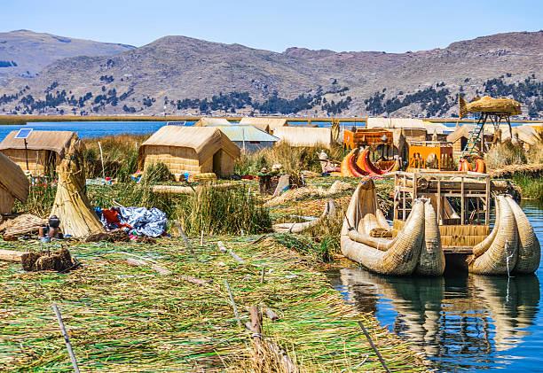 ウル文化の島々でペルーの湖チチカカ湖が - チチカカ湖 ストックフォトと画像