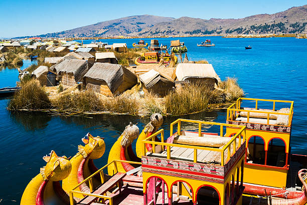 uros islands - チチカカ湖 ストックフォトと画像